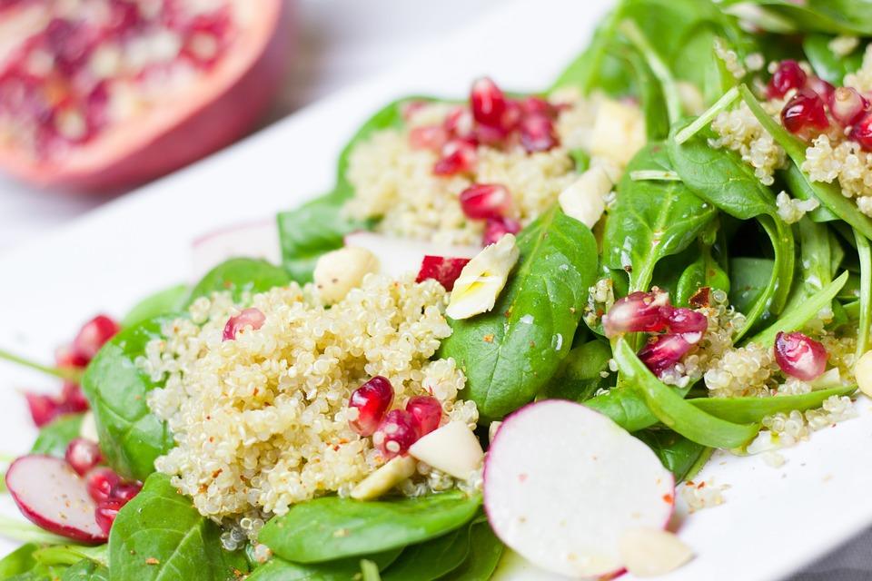 Recetas sanas y ligeras. Ensalada de quinoa con postre de queso