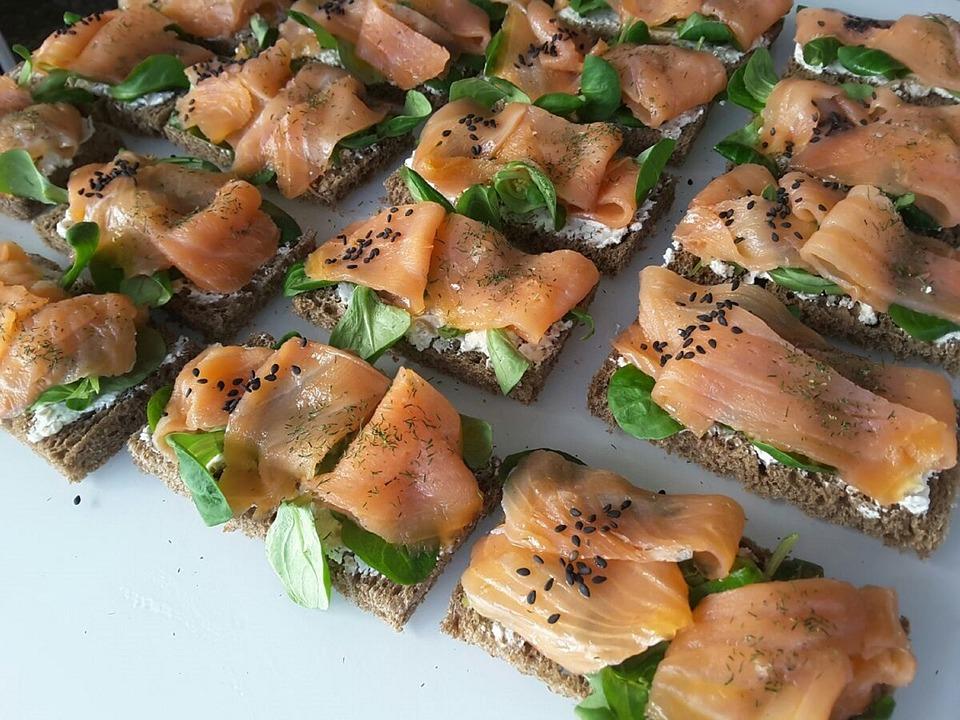 Tosta de salmón con queso para untar Reny Picot finas hierbas
