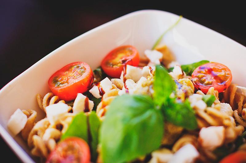 ensalada de pasta con queso y tomate - recetas para picnic